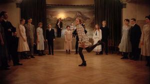 Astrid dansar ensam mitt på dansgolvet.
