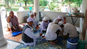 1. Män äter lunch utanför en moské i en by i norra Malaysia. På landsbygden anser många att Anwar Ibrahim inte är en tillräckligt renlärig muslim.