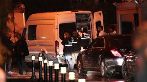 Poliser som lämnar det saudiska konsulatet i Istanbul efter att ha genomsökt byggnaden.