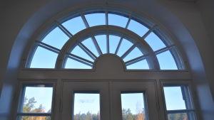 Fönstret ovanför en balkongsdörr.