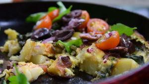 Kreikkalainen maalaismunakas kera salaatin