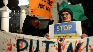 Protest i Warszawa mot ryskt angrepp på ukrainska fartyg i Kertjsundet.