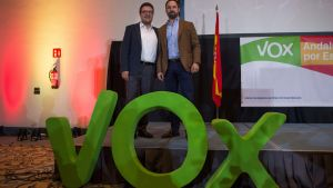 VOX-ledarna Santiago Abascal och Francisco Serrano