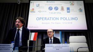 Den italienska specialåklagaren Frederico Cafiero de Raho under Eurojusts presskonferens i Haag på onsdagen 5.12.