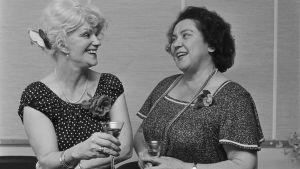 Yleisradion Radio 2:n lasten- ja varhaisnuorten ohjelmien toimituspäällikkö Lea Pennanen sekä kirjailija Toini Vuoristo onnittelivat toisiaan neljännesvuosisadan mittaisesta yhteistyöstä 1982.