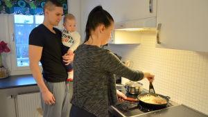 Janne och Nina Karvonen vid spisen i köket.