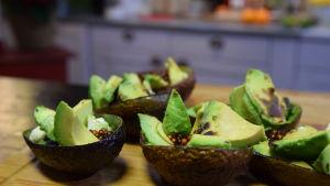 Grillad avokado med tapiokapärlor, havre fraiche och dill