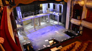 En tom scen på Åbo svenska teater.
