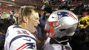 Tom Brady jublar med lagkamraten Chris Hogan.
