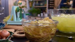Svarvad potatis och potatisskal