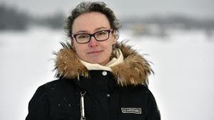 kvinna i vinterrock med skinnkrage
