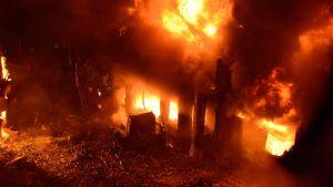 En övertänd byggnad i Dhaka. Branden krävde tiotals liv.