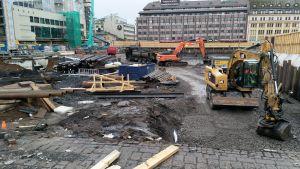 En del av ett staket har ramlat ner i gropen där parkeringen under Åbo salutorg byggs.