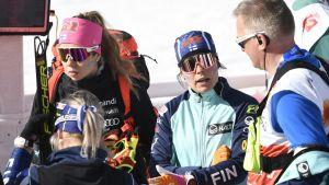Laura Mononen och Krista Pärmäkoski pratar med chefstränaren Matti Haavisto.