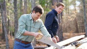 Mark Duplass spelar David och Paul Bettany spelar Ted i serien Manhunt.