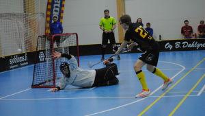 Santeri Lång skjuter straffslaget för Juho Kuokkanens mål.