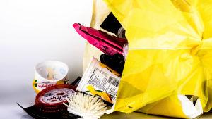 Plastskräp i en gul plastpåse