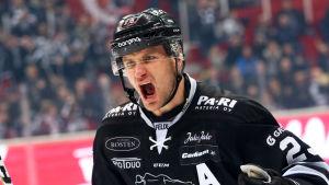 Jonne Virtanen jublar.