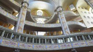 Interiören i Fraunekirche i Dresden 2016.  Kyrkan byggdes 1726-43. Förstördes i february 1945 av bombningar. Återuppbyggdes 1994-2005