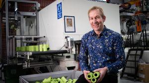 Jarkko Heino som ansvarar för plastprodukternas tillverkning på Sinituote.