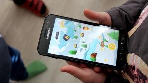 en samsungmobil som visar en mobilapplikation som hör till aktivitetsarmbandet