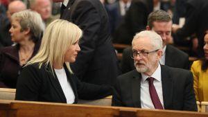 Irish Republican Sinn Feins ledare Mary Lou McDonald och Labour Partys ordförande Jeremy Corbyn är på Lyra McKees begravning