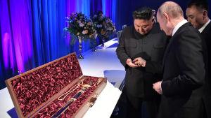 Kim Jong-Un och Vladimir Putin utbyter ceremoniella svärd efter toppmötet i Vladivostok.