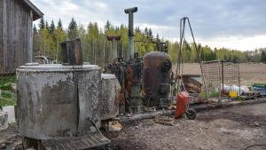 En stor maskin som används för att putsa honungsramar står på en gård.