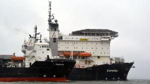 Två fartyg till havs.