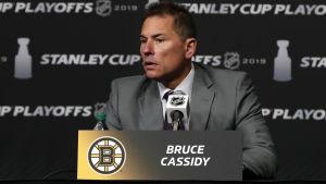 Bostons chefstränare Bruce Cassidy under en presskonferens.