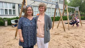 Sanna Poikola och Meri Jernström ute på skolgården.