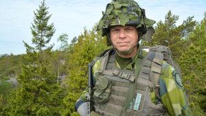 man i militära kamouflagekläder
