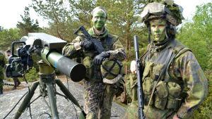 två militärer invid kustrobot