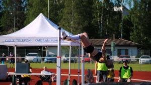 Linda Sandblom glider över ribban.