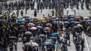 Demonstranter och polis har igen drabbat samman i centrala Hongkong