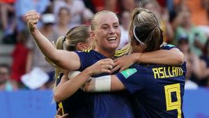Svenska spelare jublar över segermålet mot Tyskland.
