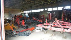 En bild på maskiner som används vid jordbruk. Där syns en kultivator osv.