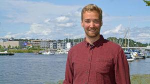 En man som står framför Borgå å.