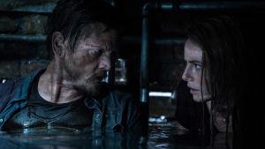 Far (Barry Pepper) och dotter (Kayo Scodelario) utbyter menande blickar stående till midjan i farligt vatten.