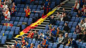 Folkglest på läktaren under KHL-match.