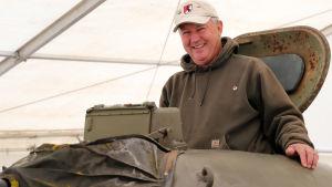 Bill Hutton i tornet på den amerikanska M60 stridsvagn han håller på att restaurera
