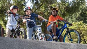 Trion i Good Boys på sina cyklar.