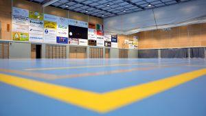 Golv och väggar i idrottssal.