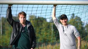 Dan Sandberg (t.v.) och Toni Wistbacka poserar vid ett fotbollsmål.