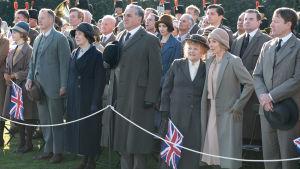 Hela personalen från Downton har samlats för att hurra för kungen.