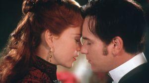 Kärleksparet i Moulin Rouge i öm omfamning.