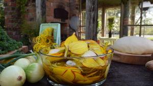Hyvlade gulbetor i en skål med vatten på ett bord