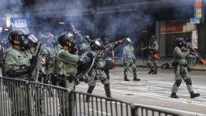 Polisen i Hongkong har för första gången skjutit skarpt mot demonstranter som trotsade dagens demonstrationsförbud