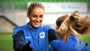 Nora Heroum tränar på Sandvikens fotbollsstadion i Vasa.