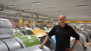 Tom Lundström inne i SBA Interiors fabrik i Gebbelby, Karis.